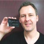 Christian Trögele produziert individuelle VIsitenkarten aus Vinyl (Foto: Christian Trögele)